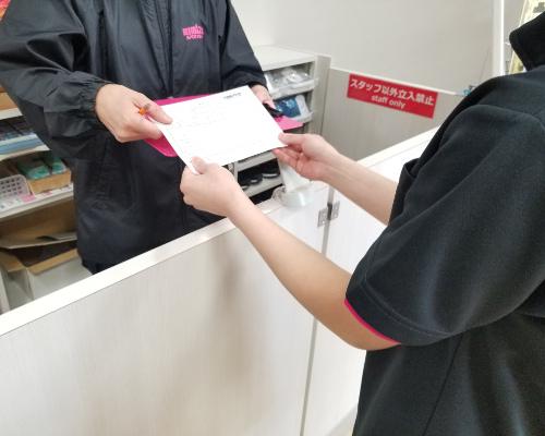 入館時の健康チェックカードの提出